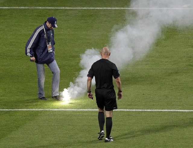 Raca na boisku we Wrocławiu podczas meczu Rosja - Czechy