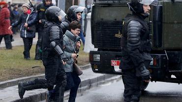 Białoruska policja aresztuje uczestników demonstracji w Mińsku, zorganizowanej z okazji Dnia Wolności, święta obchodzonego przez opozycję w rocznice powstania Białoruskiej Republiki Ludowej w 1918 r.