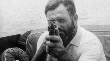 Ernest Hemingway z bronią na pokładzie swojego jachtu Pilar. 1935r.