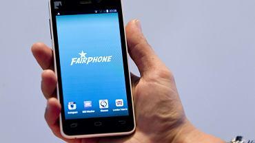 Fairphone'a od innych telefonów różni sposób, w jaki został wyprodukowany. Każdy może sprawdzić na stronie internetowej, skąd pochodzą jego elementy i kto je dostarczył