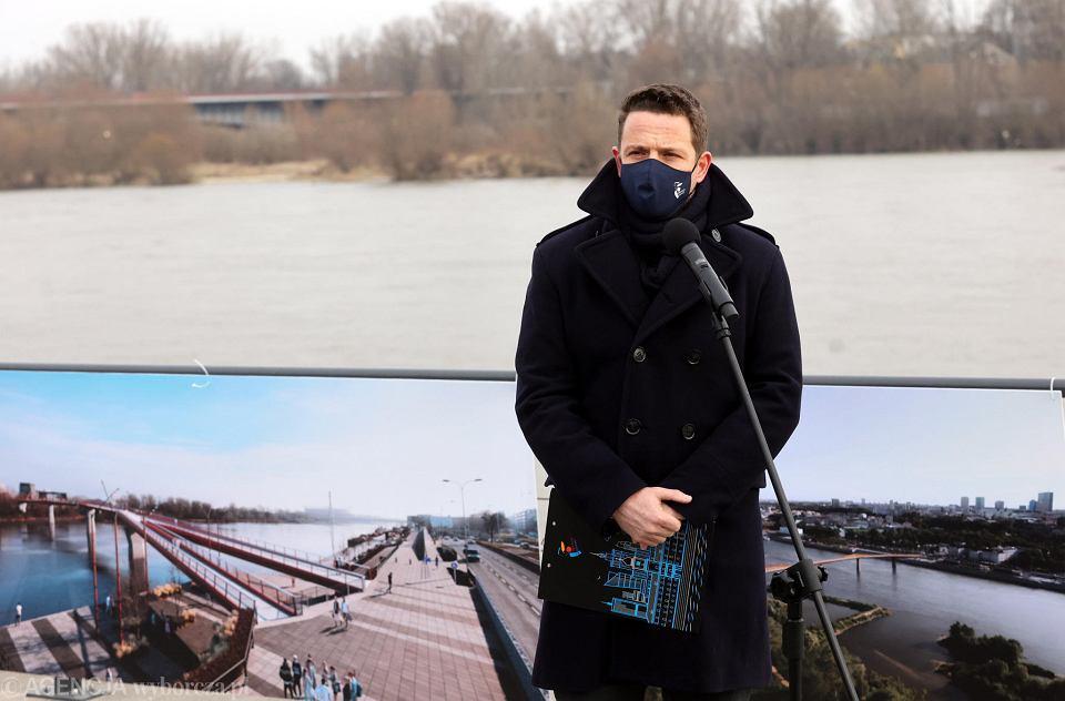11 marca 2021 r. prezydent Warszawy Rafał Trzaskowski na konferencji na bulwarach wiślanych zapowiada rozpoczęcie budowy kładki pieszo-rowerowej przez Wisłę.