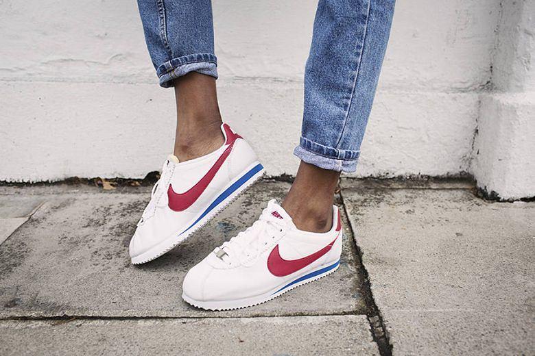 Sneakersy Nike Cortez w najbardziej popularnej wersji- białe buty z czerwonym znakiem marki