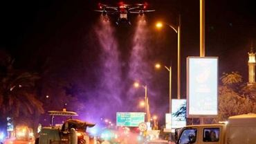 Dronami i pełną izolacją walczą z koronawirusem. 'Musimy uzyskać zgodę na opuszczenie domu'