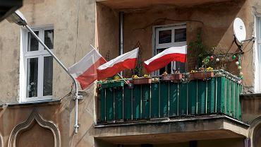 Dzień flagi podczas epidemii koronawirusa w Poznaniu. Balkon na ul. Wierzbięcice, 2 maja 2020.