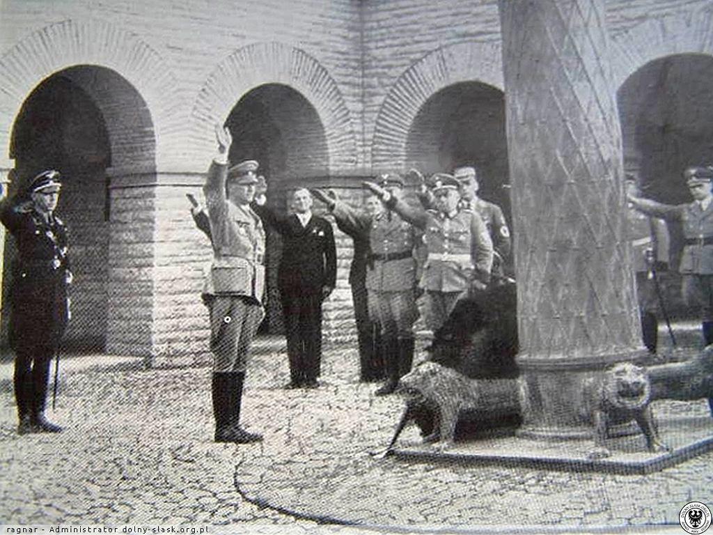 Nazistowska uroczystość na terenie mauzoleum.