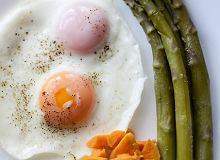 Zielone szparagi z jajkiem, ziemniakami i batatami - ugotuj