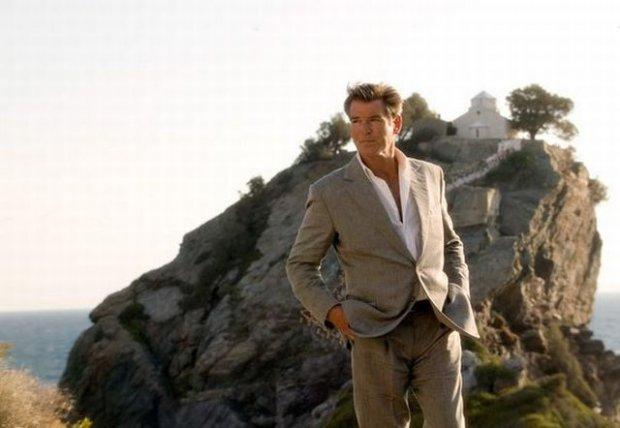 Pierce Brosnan na tle kościoła/ Fot. Filmweb