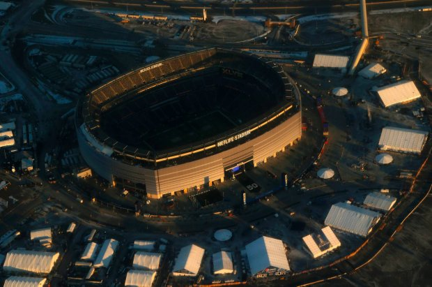 This aerial photo shows the sun setting on MetLife Stadium in East Rutherford, N.J., on Thursday, Jan. 30, 2014. The Seattle Seahawks play the Denver Broncos on Sunday at the stadium in the NFL Super Bowl XLVIII football game. (AP Photo) SLOWA KLUCZOWE: NFLACTION13;