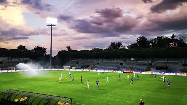 Awaria zraszacza podczas meczu 23. kolejki Fortuna 1. Ligi między Miedzią Legnica a Stalą Mielec. Źródło: Twitter