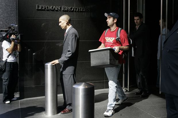 Pracownicy opuszczają siedzibę Lehman Brothers