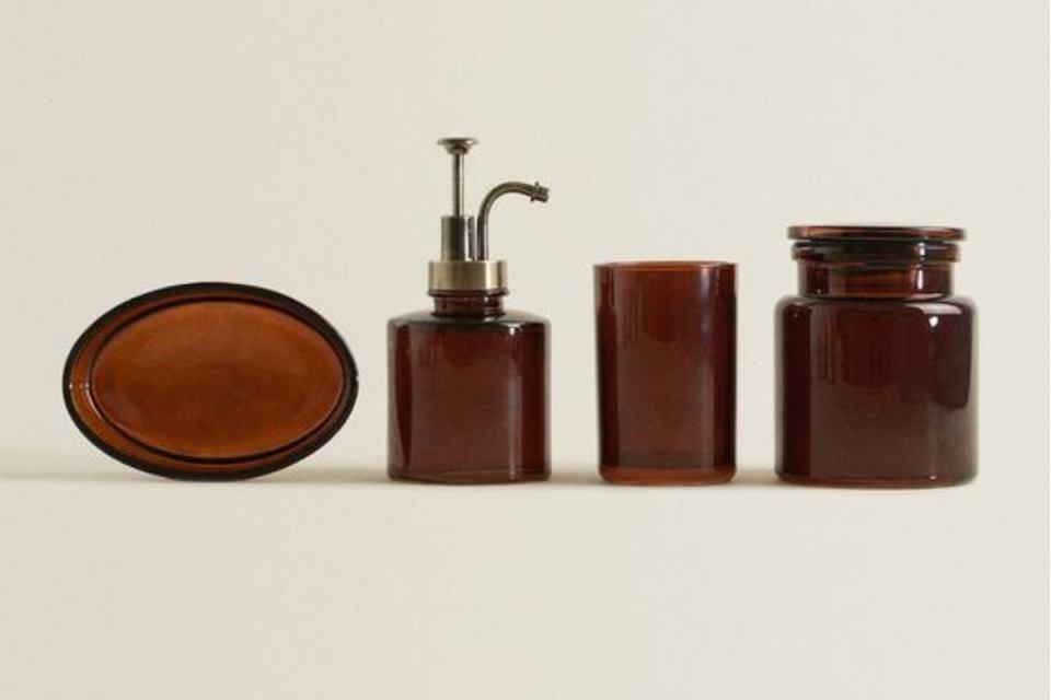 Akcesoria łazienkowe z brązowego szkła - praktyczne i stylowe detale do każdego wnętrza.