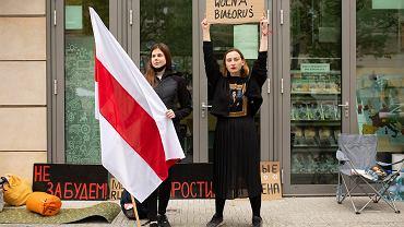Protest Białorusinek - Bazheny Shamovich i Stanislavy Glinnik - przed budynkiem przedstawicielstwa Komisji Europejskiej w Warszawie