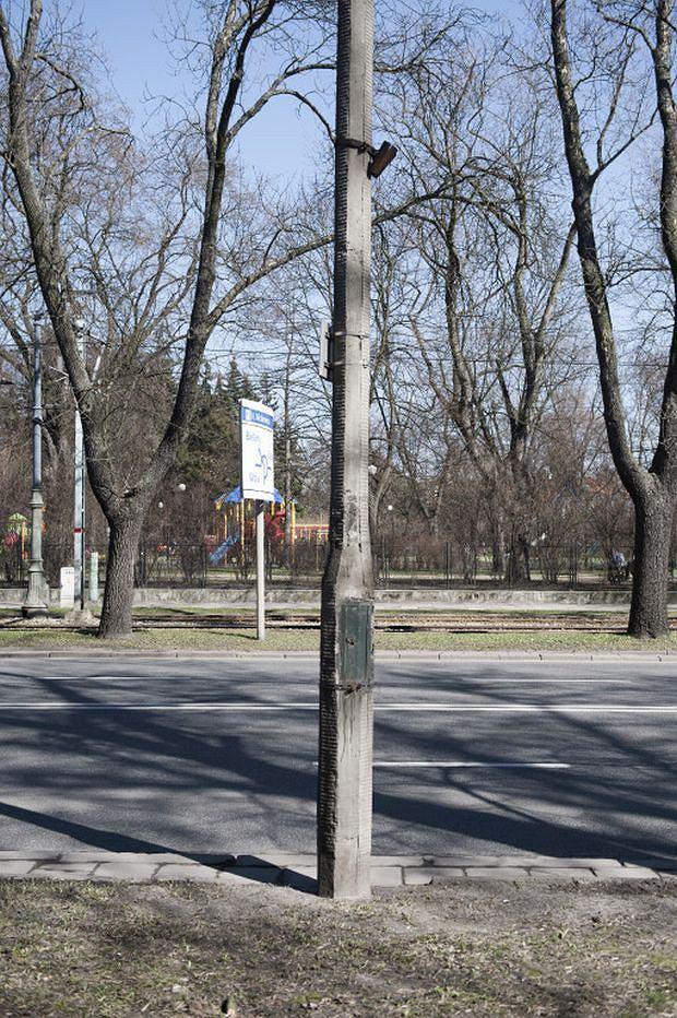 Stara, zniszczona latarnia na ul. Mickiewicza