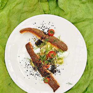 Filety z pstrąga zduszoną kapustą i oliwkami