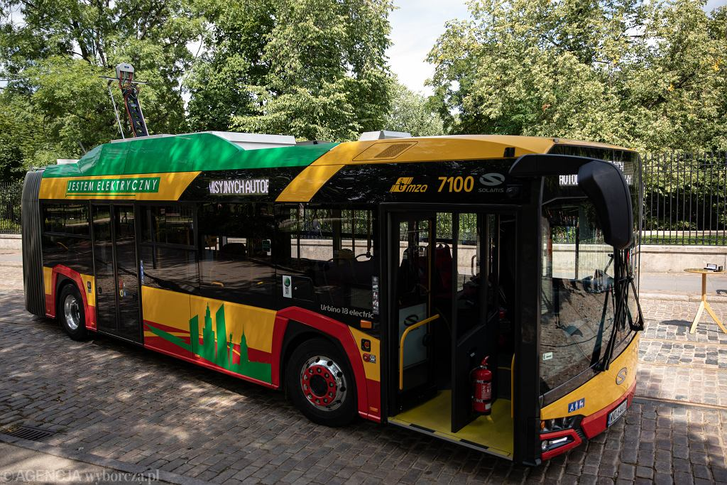 OPodpisanie umowy na zakup 130 przegubowych autobusow elektrycznych dla Warszawy