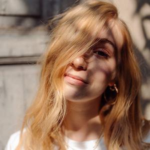 Wcierki to nie 'fake', te dobrej jakości działają zarówno na skórę głowy, jak i regenerują komórki mieszków włosowych./Letni look marki Davines