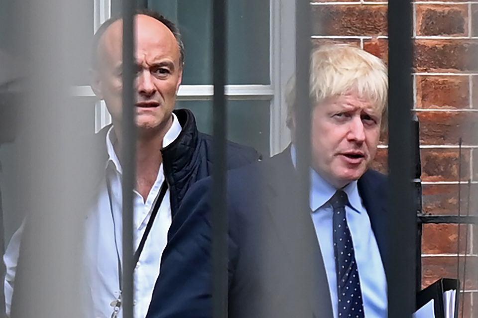 3.09.2019 r., Londyn, premier Wielkiej Brytanii Boris Johnson (po prawej) i jego specjalny doradca Dominic Cummings opuszczają bocznym wejściem siedzibę premiera przy Downing Street 10 w drodze do parlamentu.