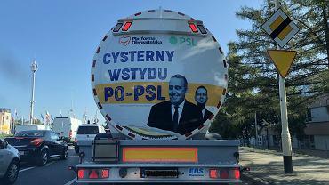 Wybory parlamentarne 2019. Rzeszów. 'Cysterna wstydu PO-PSL' Prawa i Sprawiedliwości wjeżdża do centrum miasta