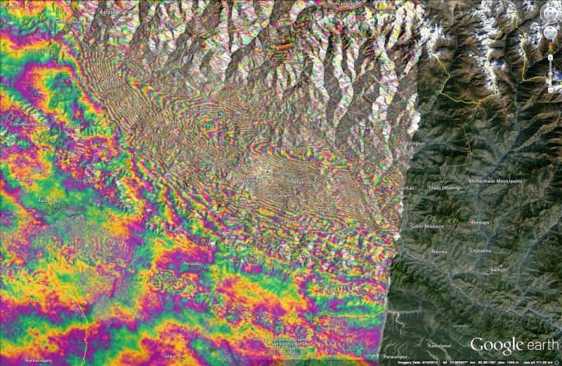 Interferogram czyli obraz pokazujący przesunięcie gruntu w okolicy Nepalu. Tęczowe fragmenty to te obszary, gdzie odnotowano pionowe przesunięcia.