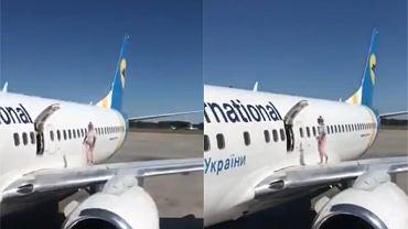 Pasażerka otworzyła drzwi awaryjne i wyszła na skrzydło