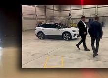 Elon Musk w Volkswagenie ID.3. Jeździ nowym modelem konkurencji i twierdzi, że jest w porządku [WIDEO]