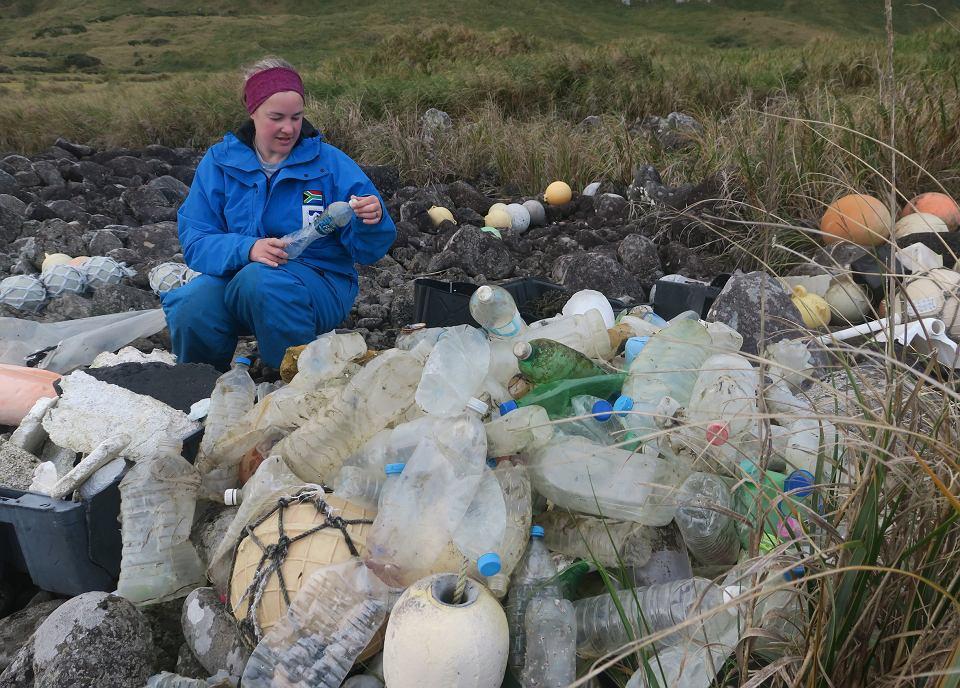 Identyfikacja plastikowych butelek na brzegu wyspy Inaccessible
