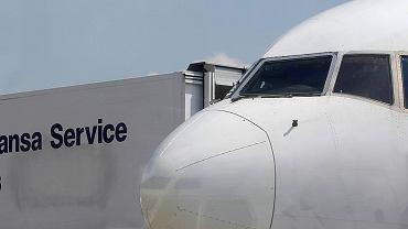Samolot przy rękawie lotniskowym - zdjęcie ilustracyjne