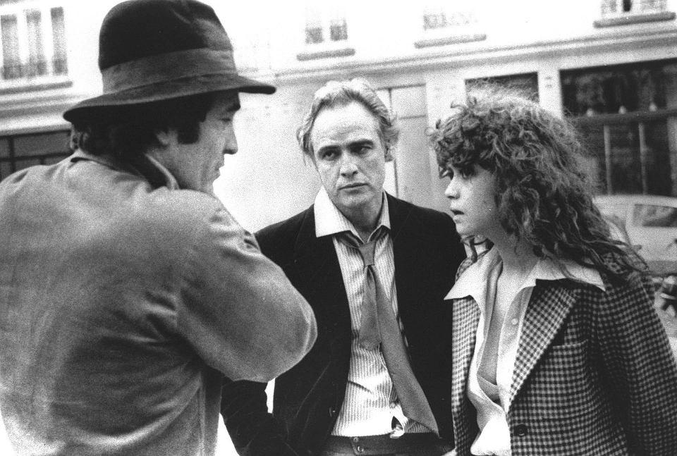 Bernardo Bertolucci (z lewej) omawia scenę z Marlonem Brando i Marią Schneider na planie 'Ostatniego tanga w Paryżu'. Luty 1973 r.