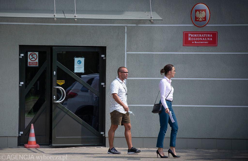 Jakub Banaś z żoną Agnieszką Banaś po przesłuchaniu w Prokuraturze Rejonowej w Białymstoku, 24.07.2021