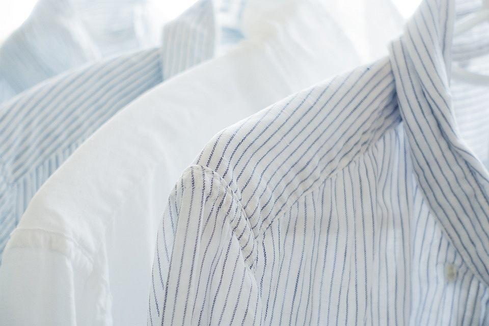 Do czego służy pętelka w męskich koszulach?