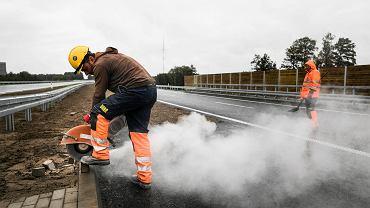 Robotnicy podczas prac na drodze S17 Lublin - Warszawa na odcinku Garwolin - Ryki, 3 września 2019
