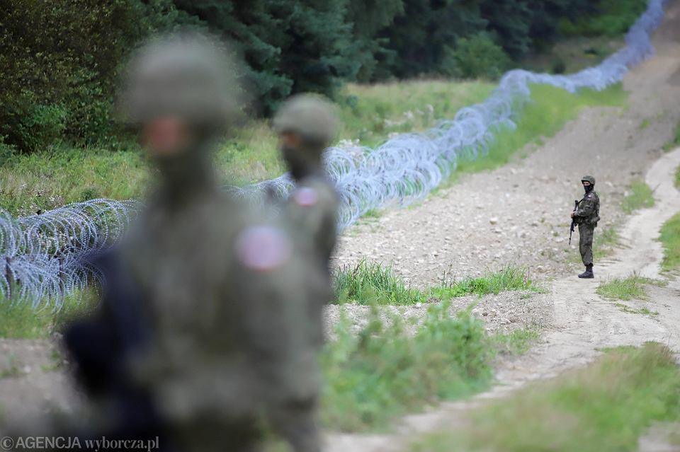 Przyszły 'Płot Błaszczaka'. Na razie to zasieki z drutu kolczastego na granicy polsko-białoruskiej, pilnowane przez ludzi w mundurach WP (wbrew wojskowym przepisom pozbawionych oznaczeń pozwalających zidentyfikować z jakiej są jednostki). Kopczany, 23 sierpnia 2021