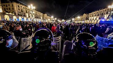 26.10.2020, Turyn, manifestacja przeciwko obostrzeniom mającym zahamować rozprzestrzenianie się koronawirusa.