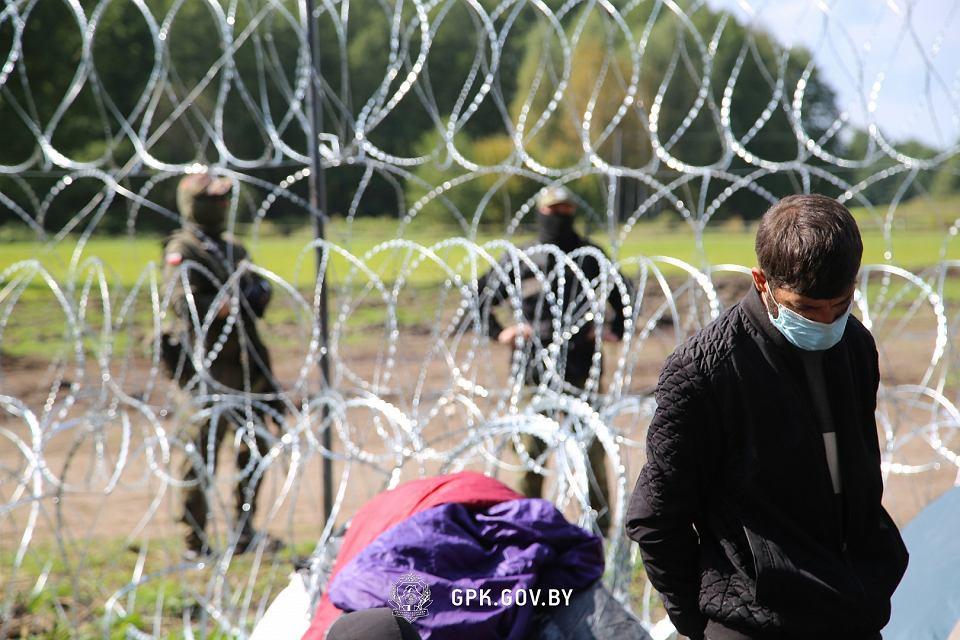 Zdjęcie numer 1 w galerii - Usnarz Górny. Białoruska straż graniczna ponownie twierdzi: Obozowisko jest po polskiej stronie [WIDEO]