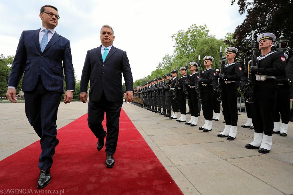 Premierzy Mateusz Morawiecki i Viktor Orban podczas spotkania w Łazienkach Królewskich w Warszawie, 14 maja 2018 r.