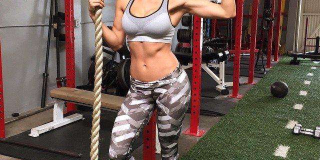 Ana Cheri. Ta modelka fitness potrafi podnieść 100 kg!