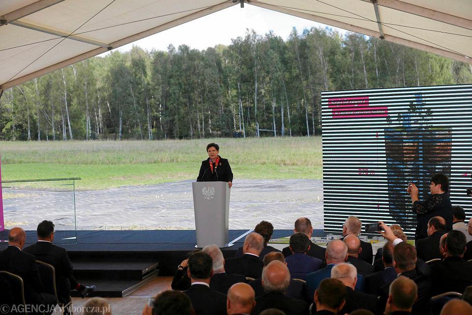 18 września. Premier Beata Szydło podczas terenu pod budowę szybu Grzegorz w Zakładzie Górniczym Sobieski w Jaworznie. Projekt został rozpoczęty za rządów Donalda Tuska, a następnie kontynuowany przez rząd Ewy Kopacz.