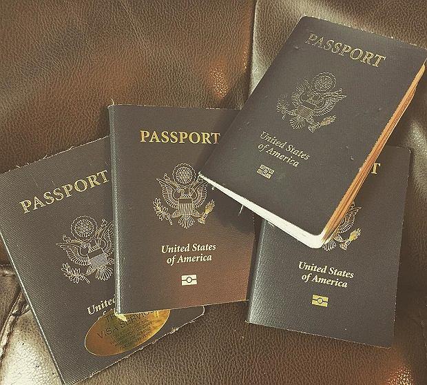 W trakcie podróży Cassandra musiała wyrabiać nowe paszporty, bo w starych nie mieściły się pieczątki i wizy