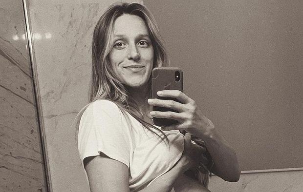 Aleksandra Żebrowska pokazała odważne zdjęcie. Jedną ręką karmi dziecko, drugą goli nogi