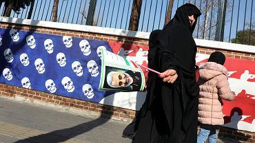 Uczestnicy uroczystości pogrzebowych Kasima Sulejmaniego w Teheranie