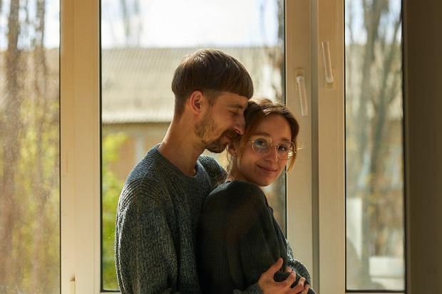 Dr Robert Kowalczyk: Czy dziwi mnie wspólne mieszkanie po dwóch tygodniach? Nie, bo kiedyś właśnie tak ludzie robili. To dziś jesteśmy na okresie próbnym, testujemy się latami / Fot. Shutterstock.com