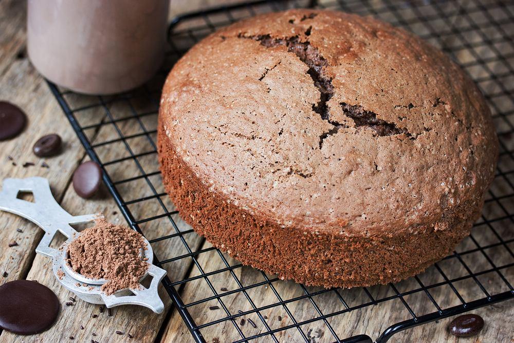 Biszkopt czekoladowy, jak sama nazwa wskazuje, powinien zawierać czekoladę