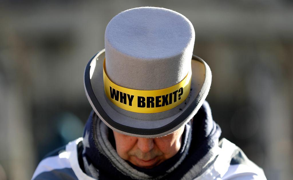 Przeciwnik brexitu Steve Bray przed siedzibą parlamentu w Londynie, 29 stycznia 2020 r. Na jego kapeluszu napis: 'Dlaczego brexit?'