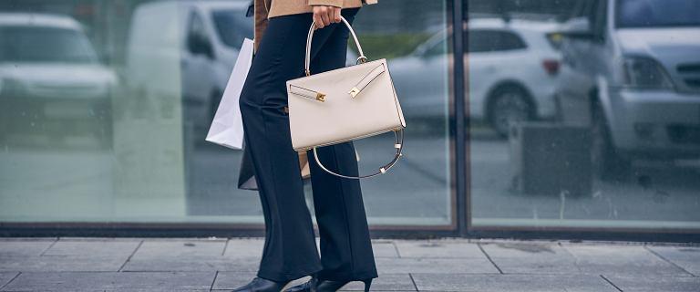 Materiałowe spodnie z wyprzedaży. Top 18 propozycji, które kupisz teraz za połowę ceny