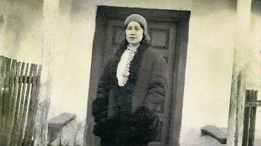 Helena Popadyniec (potem Korzeniewicz) przed budynkiem szkoły powszechnej w Bereźnie, 1933 r.