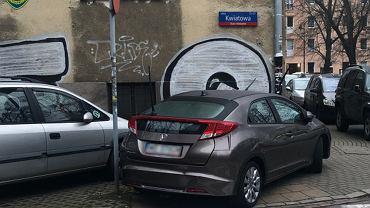 Nieprawidłowo zaparkowany samochód