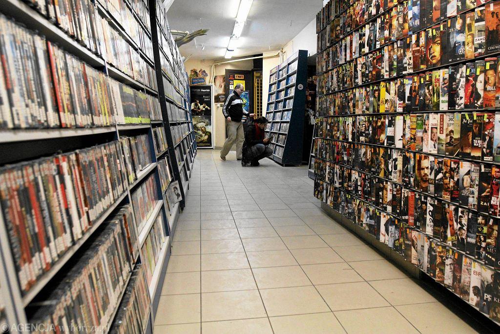 Schyłek kaset wideo nastąpił dopiero po roku 2000, kiedy na rynek weszły płyty DVD, dziś już wyparte przez usługę wideo na życzenie w internecie.