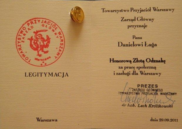 Daniel Łaga jest zasłużonym mieszkańcem Warszawy. Do tego pracowitym radnym. Tu za prace społeczne dostał Złotą Odznakę od Towarzystwa przyjaciół Warszawy.
