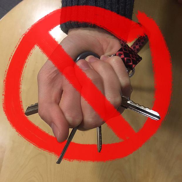 Tak nie należy trzymać kluczy podczas samoobrony.