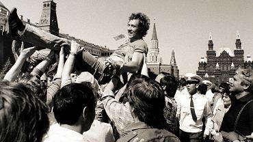 Triumf zdobywcy złotego medalu na Placu Czerwonym w Moskwie